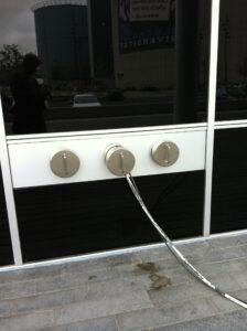 Das Kabelschleuse kann beispielsweise in einer Außenwand oder durch eine Firewall montiert werden.